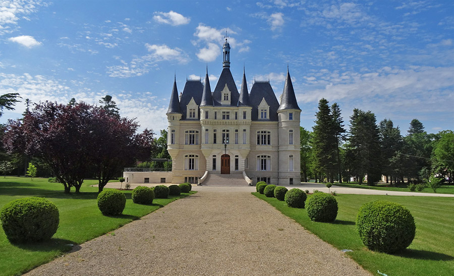 This luxurious castle boasts a beautiful landscape, modern amenities and numerous spaces for entertaining.