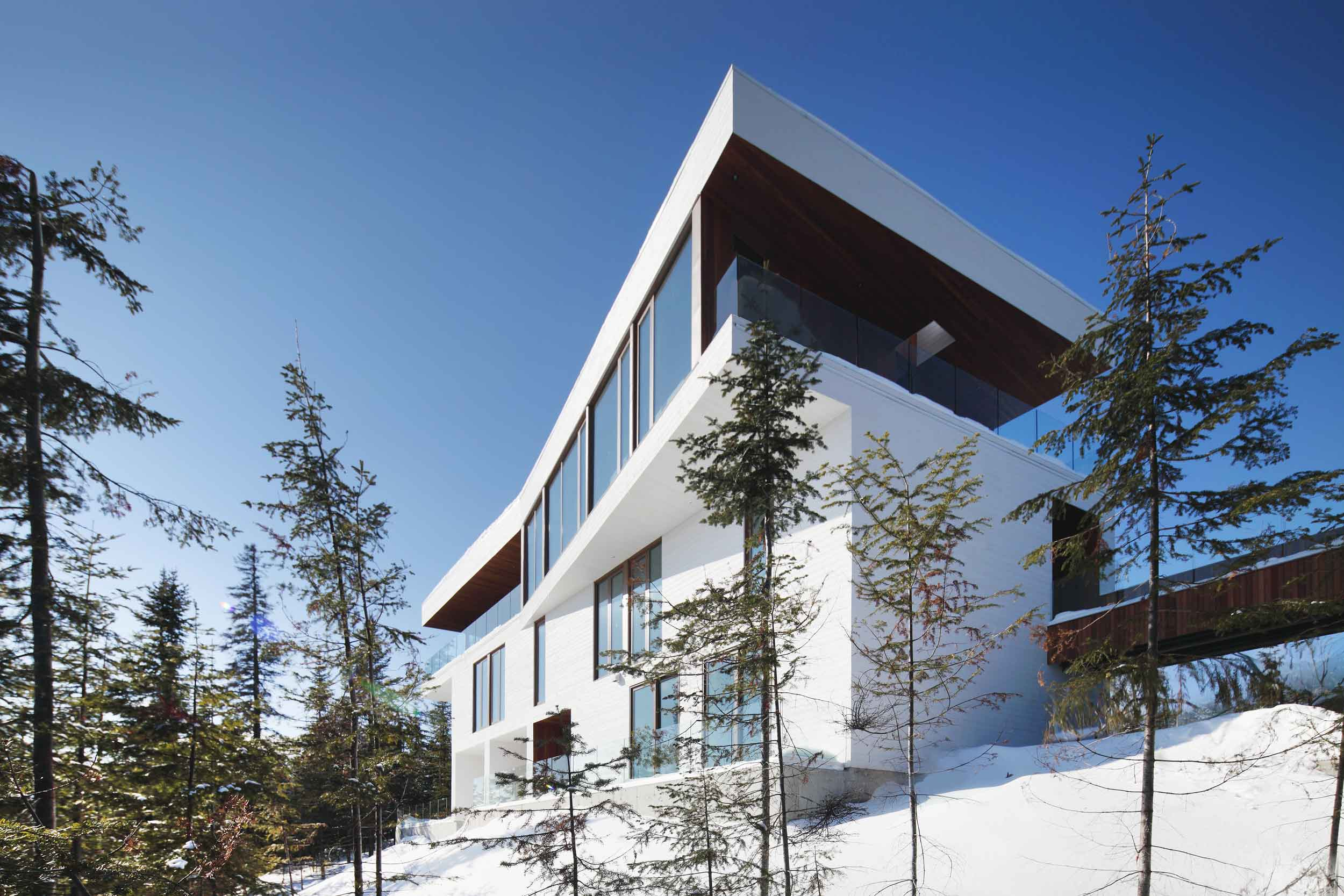 Built to thrill, from within and without, this contemporary home combines access to world-class skiing with bird's-eye views and avant-garde architecture.