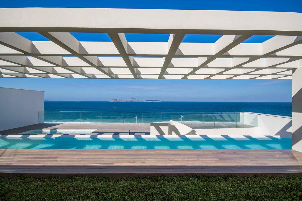 This Rio penthouse is situated in a building designed by Pritzker Prize-winning architect Oscar Niemeyer.