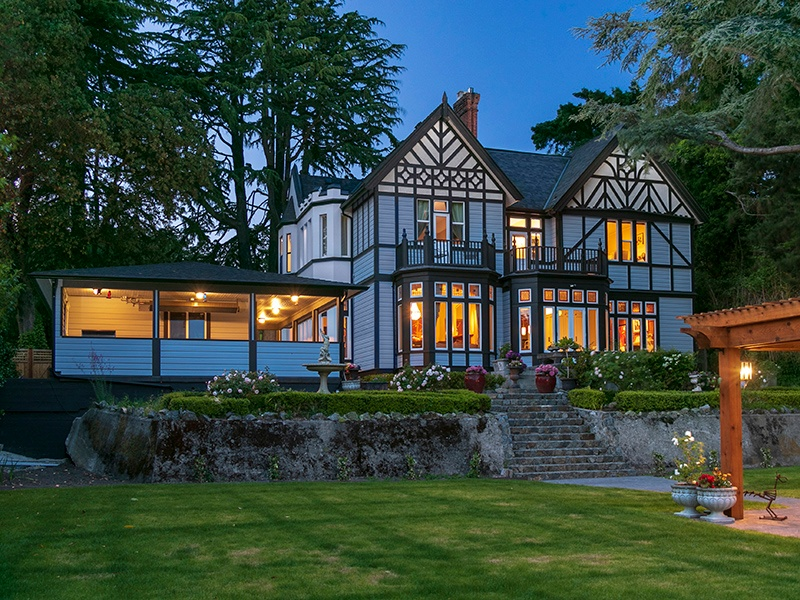 Built in 1889 and designed by architects Trimen & Tiarks, this grand mansion in Rockland combines traditional elegance with modern appliances, and features half an acre of landscaped gardens. Photograph: Heath Moffatt.