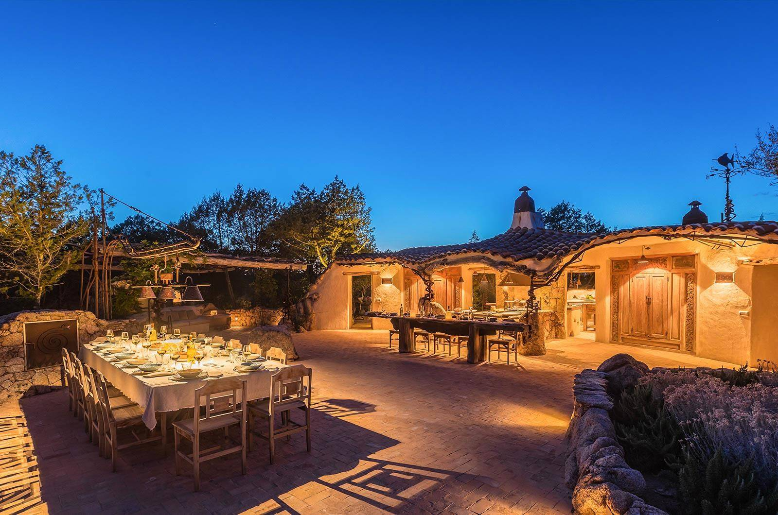 La Garibaldina's covered and open-air dining areas are complemented by a fully equipped outdoor kitchen with barbecue and traditional pizza oven.