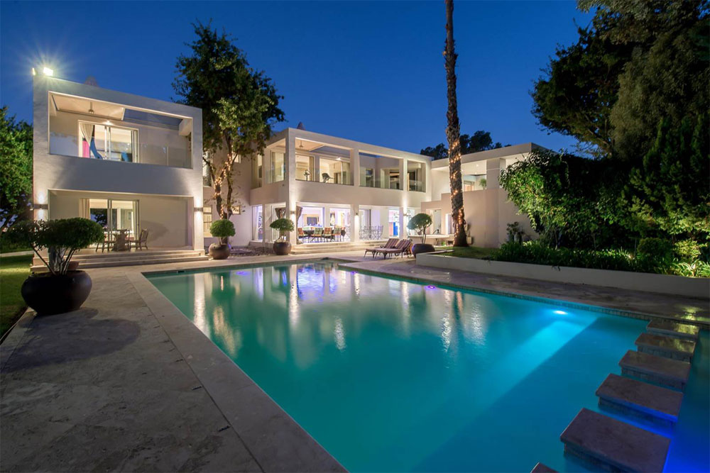 <strong>Cape Town: Luxury 2.5-acre Estate</strong><br/> <i>Opportunity savings for a UK buyer</i><br/> Local housing prices: -0.8%<br/> Currency change: -17%<br/> Property asking price: R33 million<br/> Cost for buyer in 2014: £1.8M<br/> Cost for buyer in 2016: £1.5M