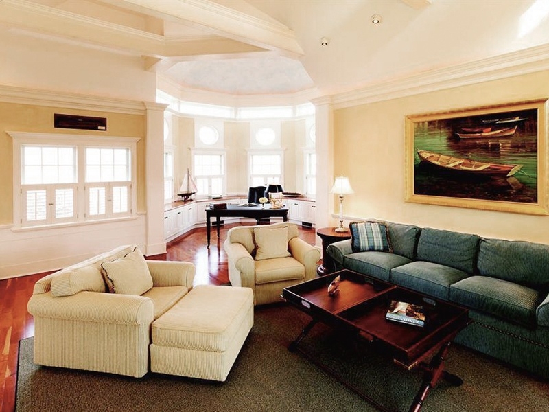At Swain's Neck in Nantucket, Massachusetts, USA, a spectacular standalone den is set in a spacious octagonal cottage.