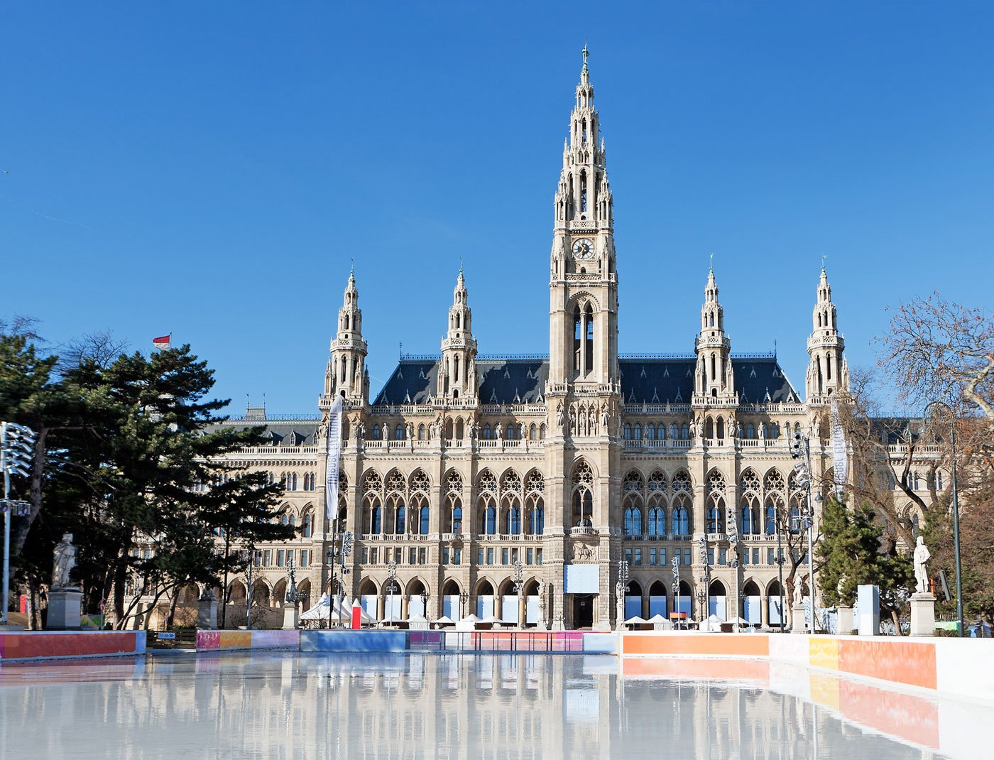 At the Vienna Ice Dream, colored lights illuminate the magnificent Rathaus and skaters are accompanied by waltz music and a festive atmosphere. The ice rink opens from December 27 to March 12, and is a spectacularly popular and romantic way to spend an evening.