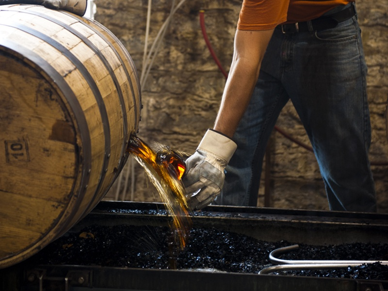 A brilliant, honeyed amber color, Woodford Reserve's Kentucky Straight Bourbon reveals complex flavors of citrus, cinnamon and cocoa, with notes of toffee, caramel and spice.