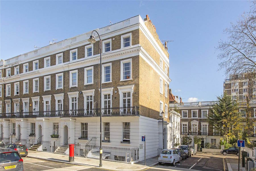 London combines the grandeur of its history with the innovation of a modern cultural and financial capital; this elegant flat in exclusive Chelsea is ideally situated in the heart of the city, offering easy access to landmarks of both London's elegant past and its flourishing present.