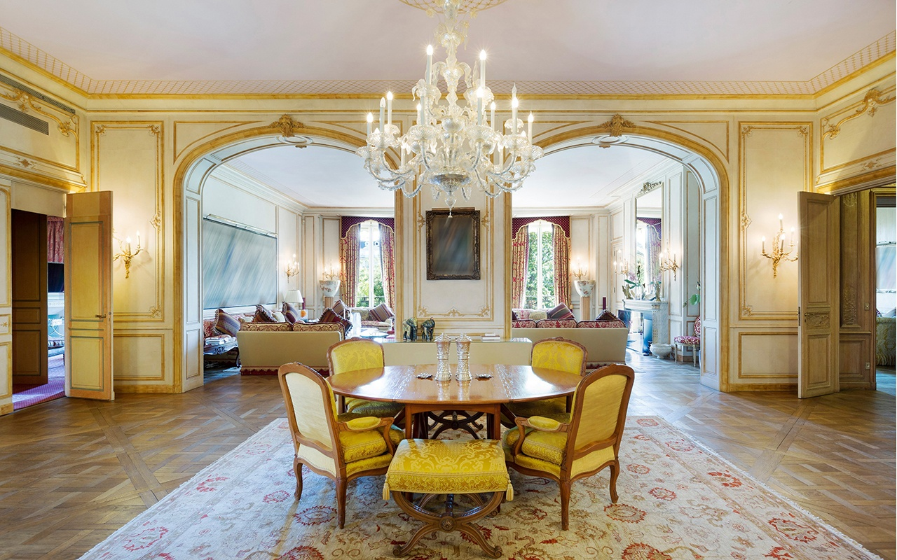 This grand duplex on Avenue Foch evokes the glamour of 1920s Paris.