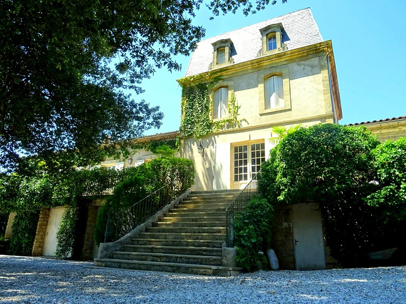 This vineyard estate is set amid the vines in the Sauternes AOC: a privileged place conducive to the production of excellent sweet wines. Thirty minutes from Bordeaux, the seven-bedroom, five-bedroom home amid the vines comes with a quality team dedicated to winemaking.