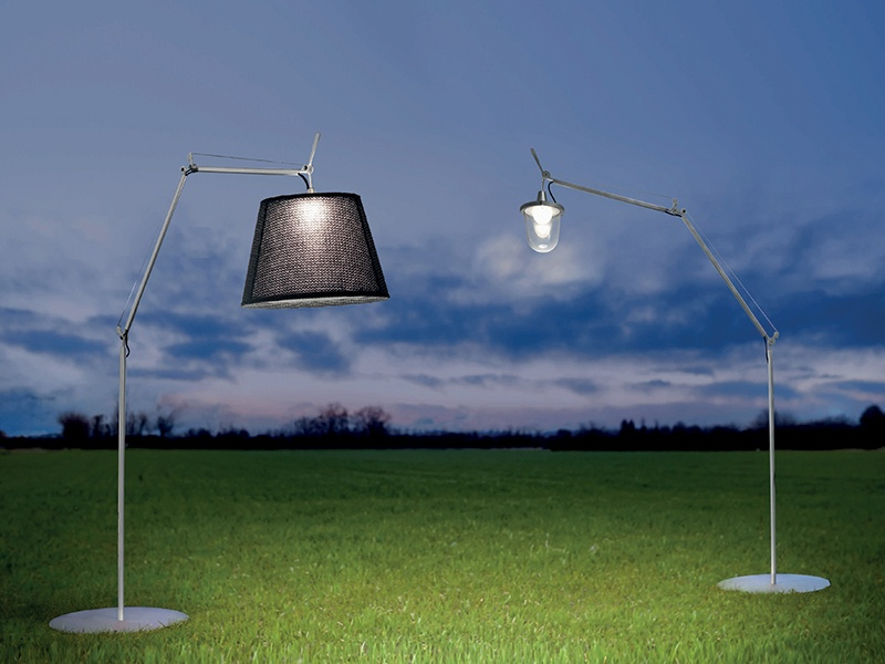Recalling antique lampposts, the Tolomeo Paralume Outdoor can be used with or without the diffuser.