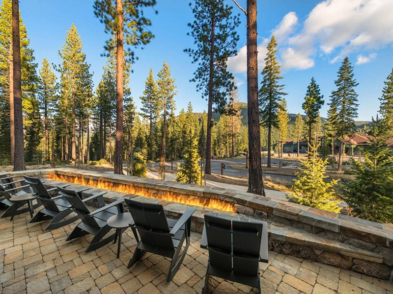 Located within Snake River Sporting Club, the property features a lodge-style aesthetic in a contemporary design.