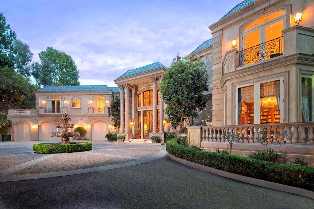 <b>6 Bedrooms, 11,838 sq. ft.</b><br/>With a long private driveway, large motor court, and complete privacy on approximately one acre, this majestic French manor is designed for grand entertaining.