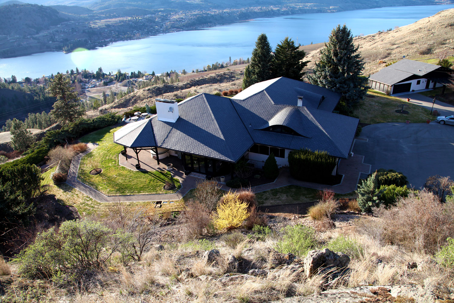 This private 200 acre estate ranch with 7000 sq. ft. offers outdoor living space with spacious indoor rooms & magnificent views.
