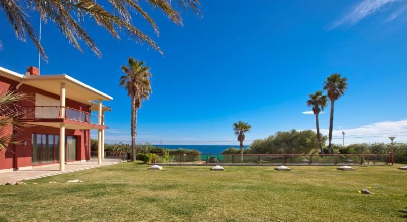 <b>12 Bedrooms, 17,620 Sq. Ft.</b><br/>Sitting directly on the seafront, this exclusive and private luxury villa offers picturesque views of the water, direct access to the beach, a sweeping garden, and many indulgent amenities.