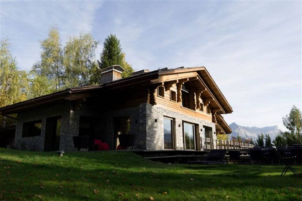 <b>€10,000,000<br/>5 Bedrooms,  4,725.4 sq. ft.</b><br/>Located on the heights of Combloux, facing Mont Blanc, this magnificent chalet is located just a few minutes' drive from Megève and its world-class ski slopes. The renovated home features several lounges, a dining room, fully equipped kitchen, and luxurious resort-like amenities including a spa and swimming pool.