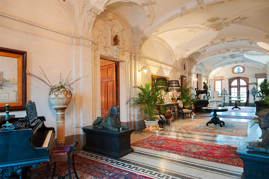 This 16th century luxurious castle showcases neo Flemish Renaissance and Neo-Baroque style.