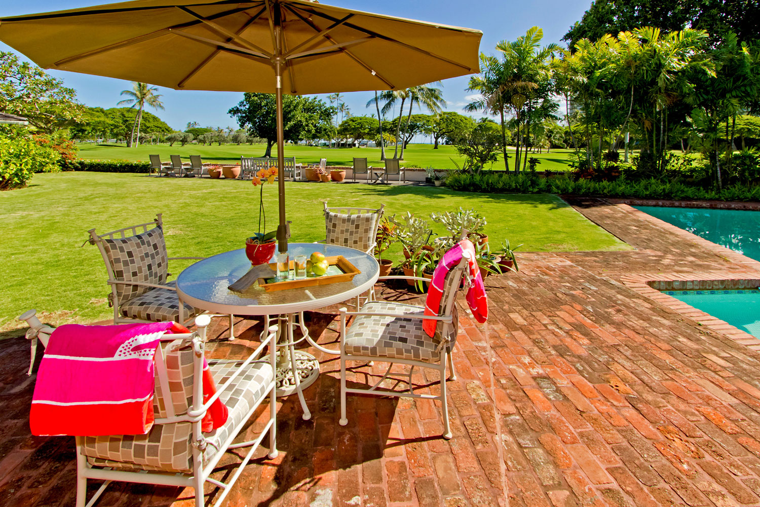 This incredible home is located on the ninth fairway of the Waialae Golf Course, at the Waialae Country Club, near Honolulu. Established in 1927, the challenging par-70 course hosts the SONY Open in Hawaii; bordering the Pacific Ocean, it offers an unrivaled golf experience.