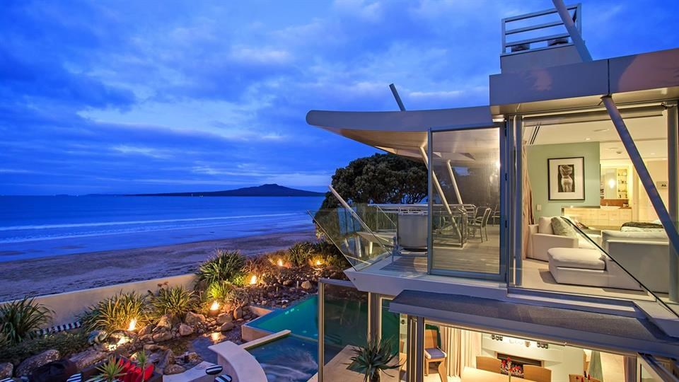 <b>5 Bedrooms, 986 square meter site </b><br/>This property was conceived by Simon Carnachan in 2000 to enjoy the many pleasures of the Takapuna beachfront lifestyle whilst maintaining privacy for the owners. Occupying a prime mid beach position, it delivers uninterrupted views on a spectacular scale. Excellent design features give the home the ambience of an international resort on the ground level, and a luxury yacht from the master suite.