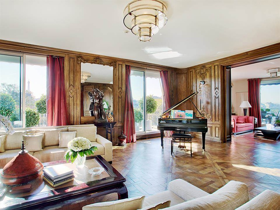 This magnificent apartment in the 16th arrondissement features extensive views of Paris and is perfectly situated for cycling along the banks of the Seine.