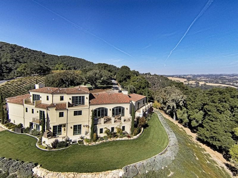 <b>3 Bedrooms, 7,000 sq. ft.</b><br/>Tuscan-style vineyard estate on 40 acres