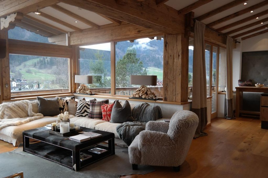 This luxurious chalet offers a unique view over the Kitzbuehl mountain range, the golf range and Muenichau castle.