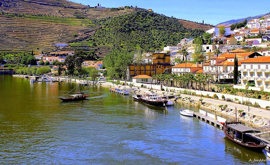 This extraordinary property is located on the right bank of the Douro river, offering uninterrupted views of the river and vineyard.